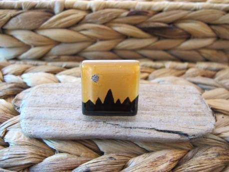 kusma-bague-grand-carre-jaune-curry-noir