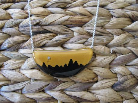 kusma-collier-demi-lune-jaune-curry-noir